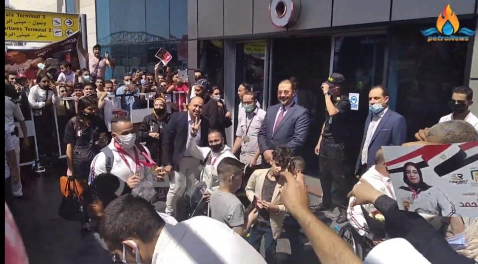 صبري يشير بعلامة النصر لكاميرا بترونيوز
