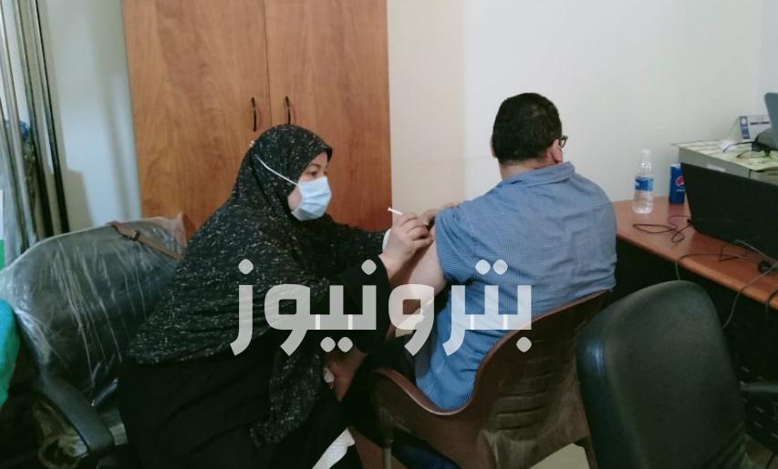 تطعيم العاملين في منطقة بني سويف بلقاح فيروس كورونا