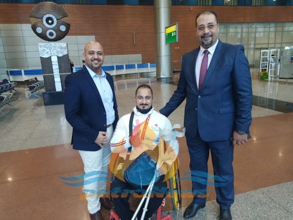 البطل محمود صبري و المحاسب ياسر كفافي مساعد رئيس الشركة و جمال بدوي مدير عام مساعد الإعلام