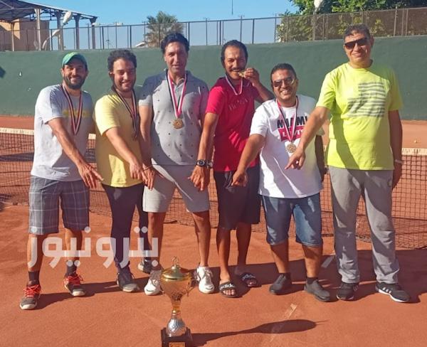 احتفال الجهاز الفني ولاعبي الإسكندرية للبترول بكأس التنس الارضي